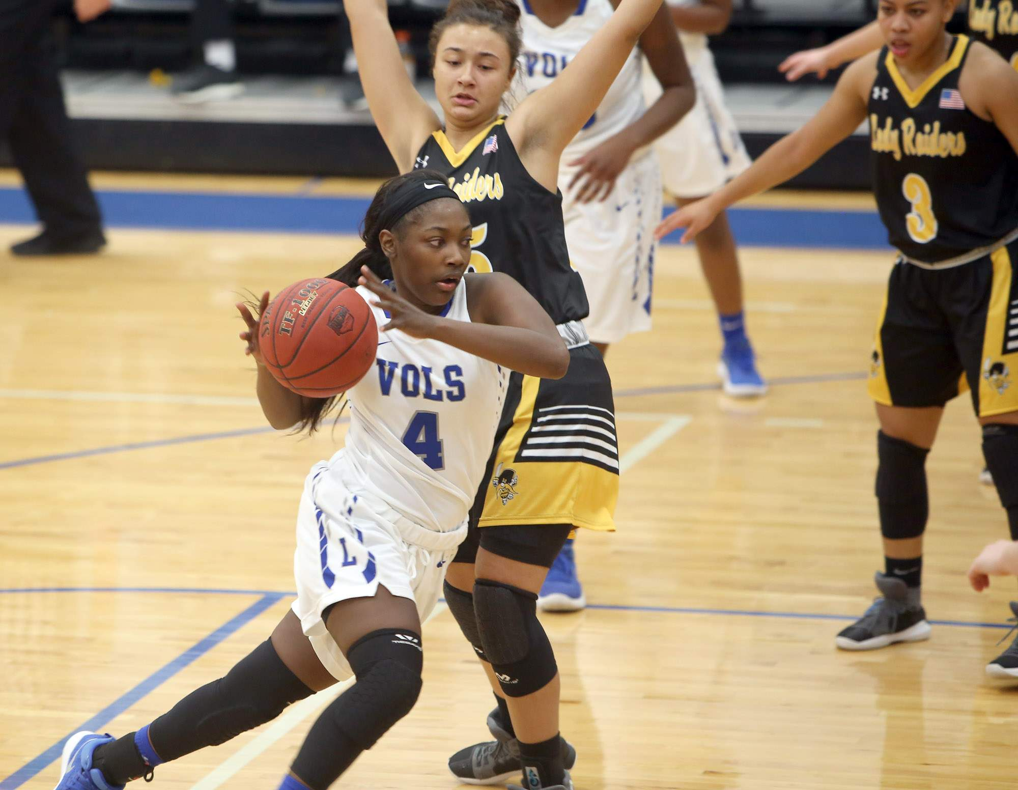 Shaniya Whitsell drives the lane.