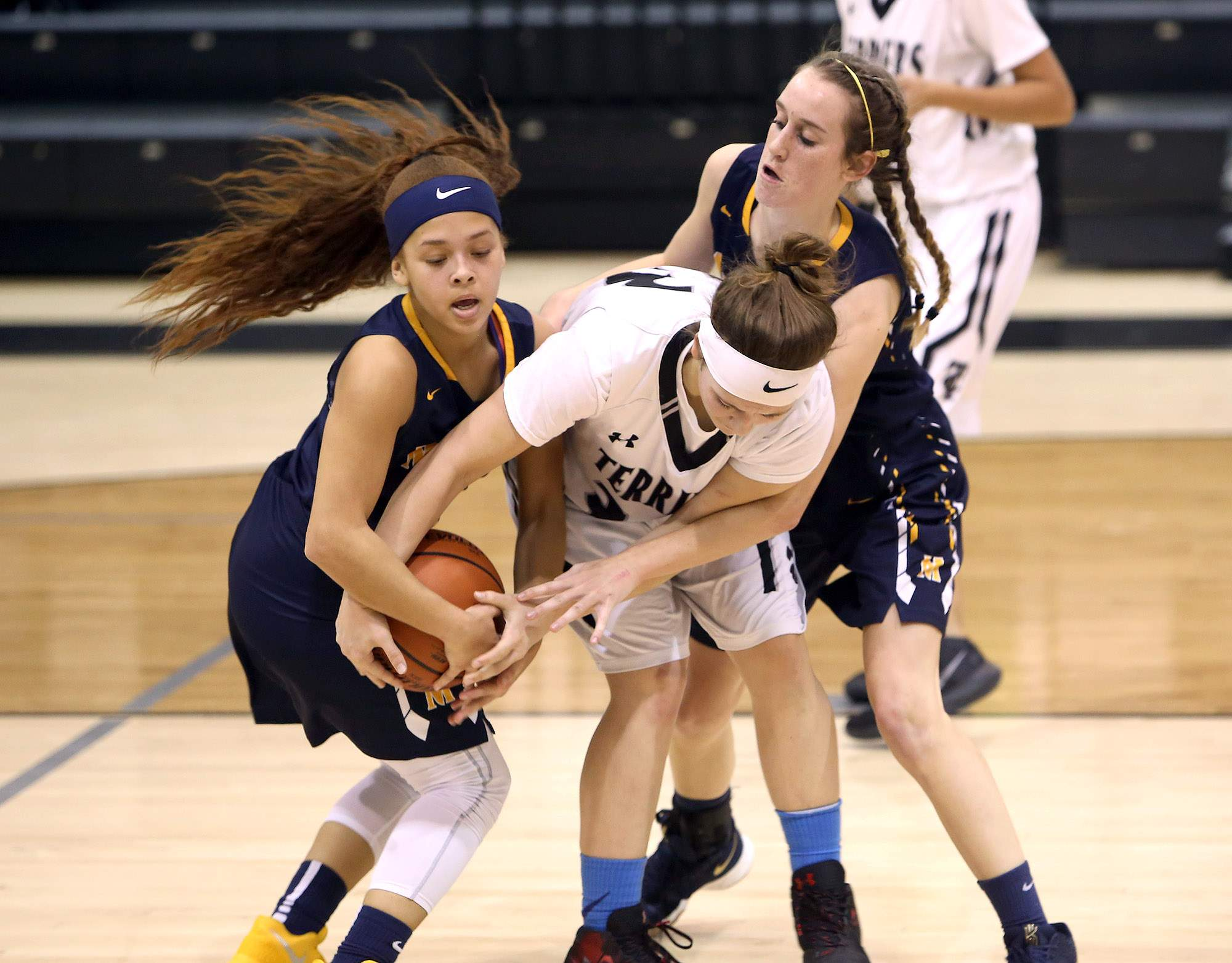 Daishen Wolaver and Lauryn Kadela battle for a rebound.