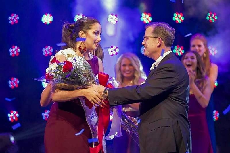 Marion Mayor Michael Absher presents a bouquet of red roses to new Miss Illinois Ariel Beverly of East Moline.