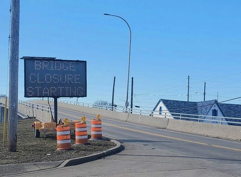 The John Rednour Overpass in downtown Du Quoin will be closed starting next Monday as IDOT crews repair the side walls.