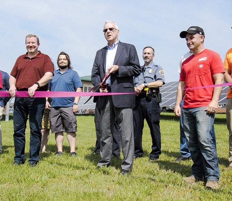 Carbondale Mayor Mike Henry delivered brief remarks before cutting the ribbon.